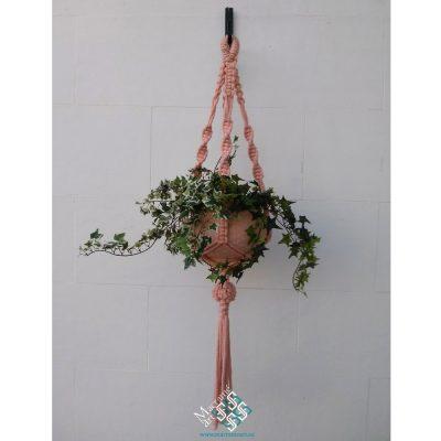 colgante de macram para plantas de color rosa